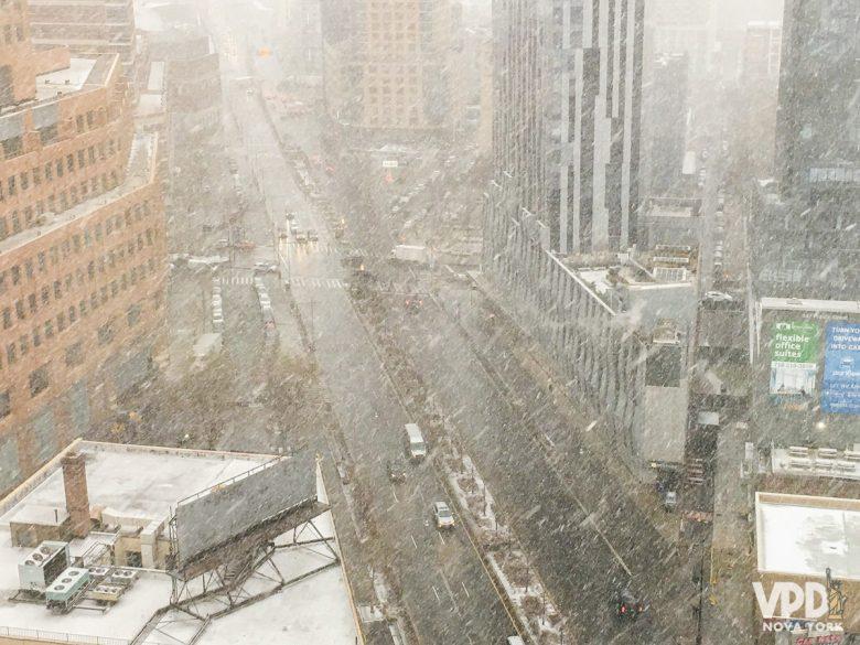 Foto de Nova York no mês de março com bastante neve caindo na rua.